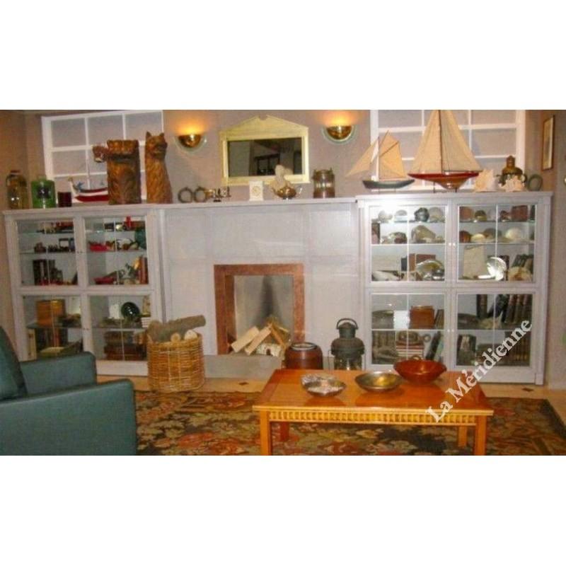 meuble biblioth que vitrine encadrant une chemin e la meridienne d coration. Black Bedroom Furniture Sets. Home Design Ideas
